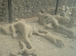 Kematian warga kota Pompeii yang terjadi secara tiba-tiba memiliki kemiripan sebagaimana diceritakan dalam ayat terebut diatas